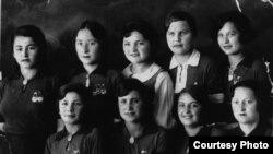 Студентки Ялтинского фармацевтического техникума. Зера Ибрагимова стоит первая слева. 1941 год.