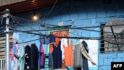 В условиях энергетического кризиса венесуэльцы нашли достойное применение электрическим проводам: сушат на них белье