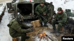 Украинаның Луганск облысында далада от жағып жылынып отырған ресейшіл сепаратистер. 19 желтоқсан 2016 жыл.