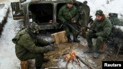 Бойовики «ЛНР» гріються біля вогню, Світлодарськ, 19 грудня 2016 року