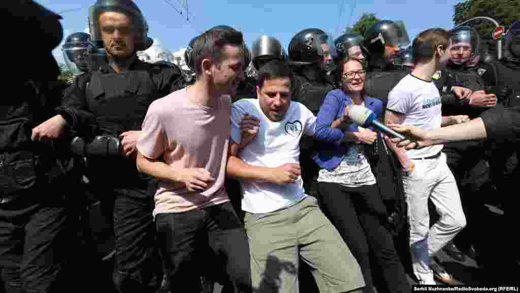 Противники маршу намагаються заблокувати хід колони
