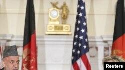 هیلاری کلینتون در کنفرانس خبری مشترک با حامد کرزی.