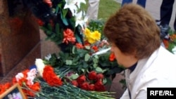 Москвичи возлагают цветы в память о жертвах взрыва на Каширском шоссе 13 сентября 1999 года