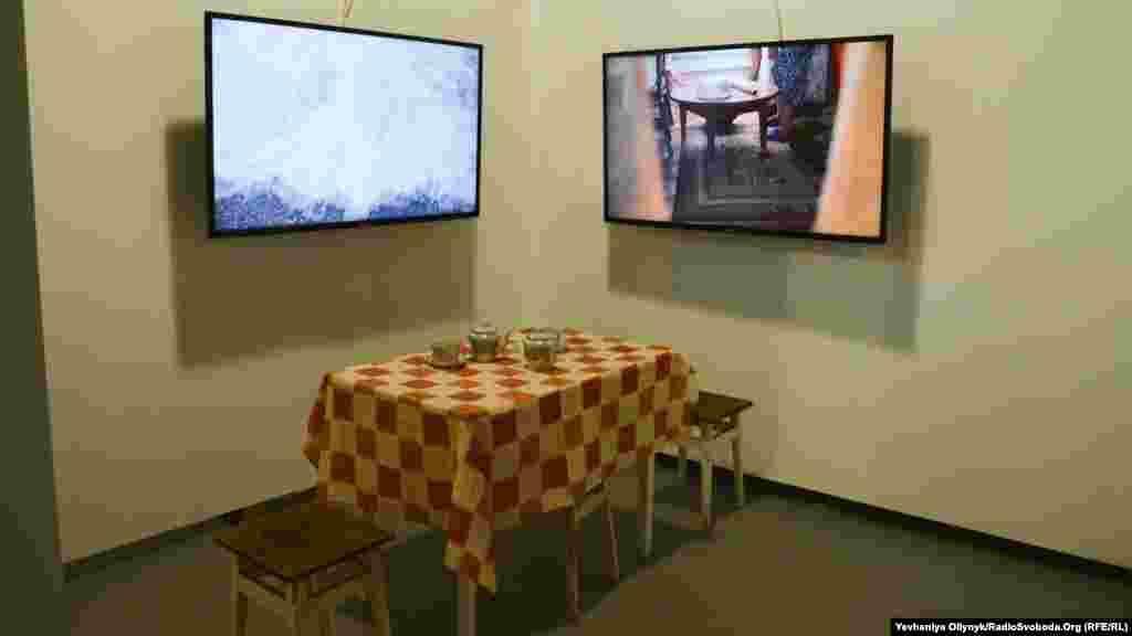 Еміне Зіятдінова, «Дім». На відео спорожніла місцина, де колись було село, та сцени повсякденного життя.
