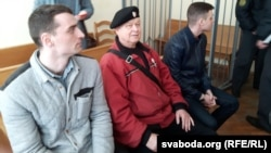 Уладзімер Няпомняшчых у атачэньні міліцыянтаў у залі суду