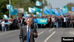 Кырымтатарлар юлбашчылары Мостафа Җәмилевне чик буенда каршы ала. 3 май 2014