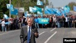 Лидер крымских татар Мустафа Джемилев и его сторонники. Украина, Армянск, 3 мая 2014 года.