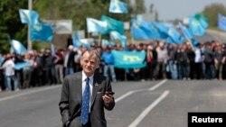 Қырым татарлары лидері Мұстафа Жемилев пен оны қарсы алуға келген қауым. Армянск, 3 мамыр 2014 жыл.