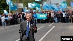 Мустафа Джемілєв недалеко від міста Армянська, що межує з Кримом. Йому було відмовлено у в'їзді до Криму. 3 травня 2014 року