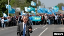 Crimean Tatar leader Mustafa Dzhemilev was stopped at a checkpoint in Kherson when he attempted to enter Crimea in May 2014.