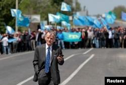 Мустафа Джемилев, стоящий с украинской стороны фактической границы, на въезде в Крым, где его пытались встретить сотни его соотечественников. 3 мая
