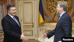 Президент України Віктор Янукович та єврокомісар із питань розширення Штефан Філе