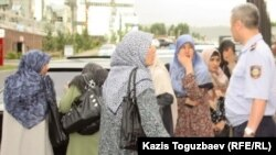 Kazakhstan - Police officers not let wives of Uzbek Muslim refugees to in the prosecutor office. Almaty, 09Jun2011.