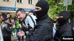 Полиция задерживает участника антиправительственной акции. Алматы, 1 мая 2019 года.