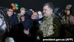 Prezident Petro Poroşenko Kiyev yaxınlığındakı hərbi hava bazasında əsirlərin qarşılanmasına tamaşa edir