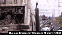 У места столкновения пассажирского поезда с пассажирским автобусом на железнодорожном переезде во Владимирской области. 6 октября 2017 года.