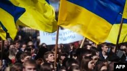 Проукраинский митинг в Луганске. Апрель 2014 года