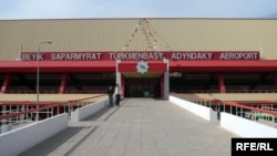 Aşgabadyň Saparmyrat Türkmenbaşy adyndaky aeroportynyň girelgesi.