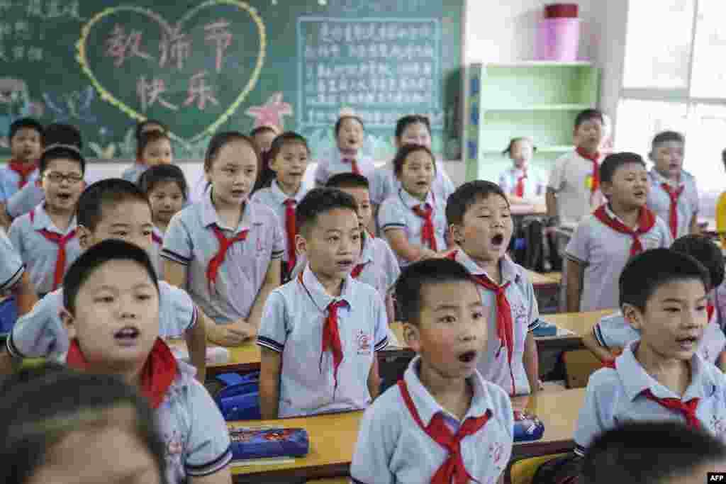 Учні початкової школи в перший день нового семестру в Ухані, Китай, 1 вересня
