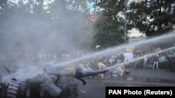 Демонстрантов, выступающих против повышения тарифов на электроэнергию, разгоняют водометом. Ереван, 23 июня 2015 года.