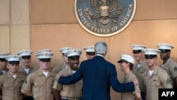 وزير الخارجية الاميركي جون كيري يلتقي عدد من جنود البحرية الاميركية في بغداد تشرين الثاني 2014