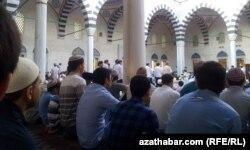 Мусульмане молятся в мечети в Ашгабате.