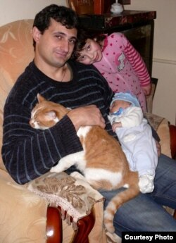 Загиблий боєць батальйону Азов Микола Березовий з дітьми (фото з сімейного архіву)