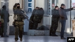 Російські війська затримують українських військових під час спецоперації в Сімферополі, 18 березня 2014 року