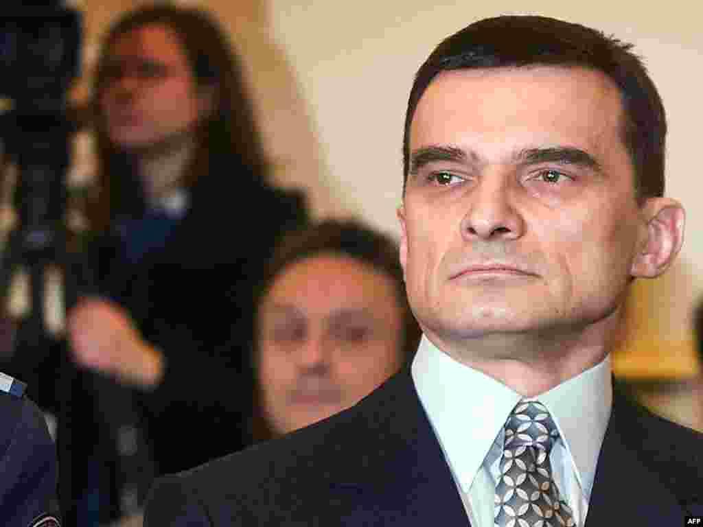 Hrvatska - Osudjen Zagorec - Na zagrebačkom Županijskom sudu objavljena je nepravomoćna presuda umirovljenom generalu Vladimiru Zagorecu. Osudjen je na sedam godina zatvora. Optužen je da je iz sefa MORH-a odnio dragulje u vrijednosti pet milijuna američkih dolara.