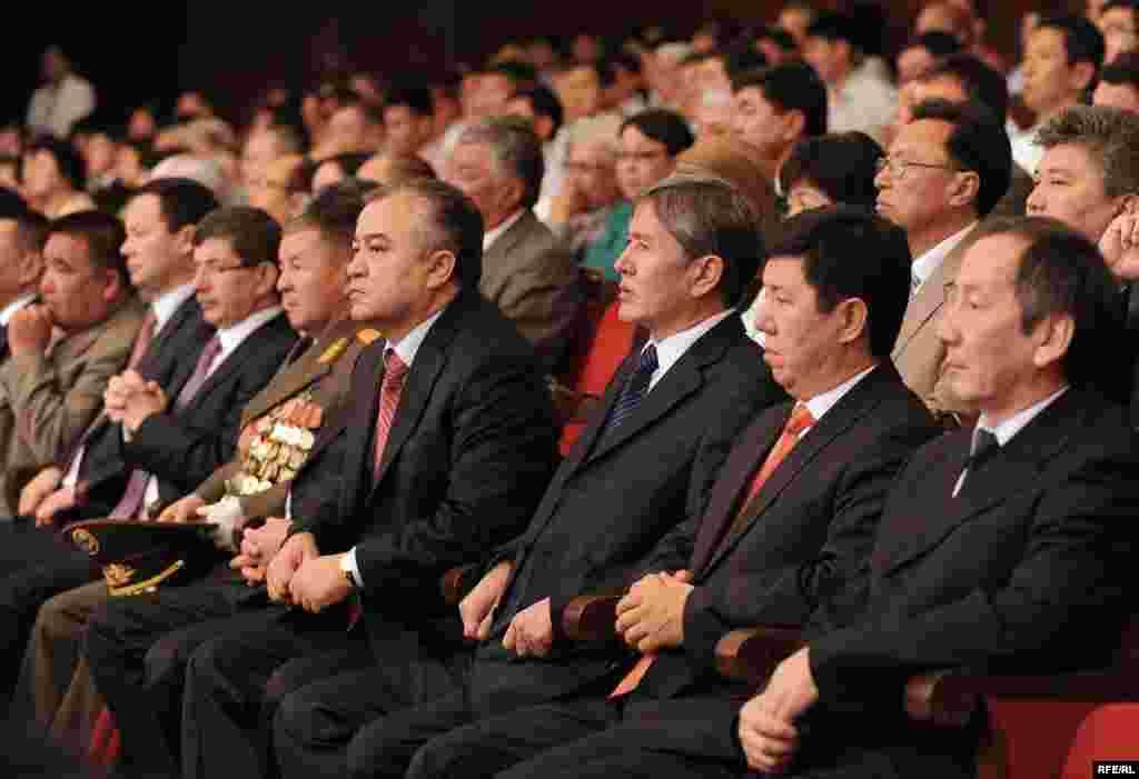 Во время инаугурации Розы Отунбаевой. Омурбек Текебаев, Алмазбек Атамбаев, Темир Сариев и Акылбек Сариев. 3 июля 2010 года.