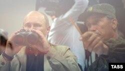 Президент России Владимир Путин с биноклем. Учения «Кавказ-2012» на полигоне «Раевский». 17 сентября 2012 года.