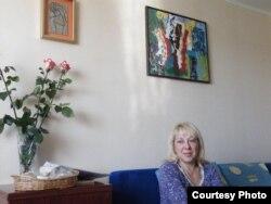 Ірына на фоне сынавай працы