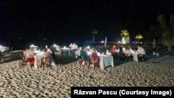 Turiști la cină pe o plajă din Maldive