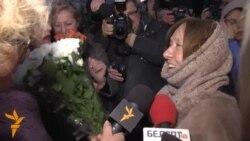 «Мы ганарымся Вамі, Сьвятлана!» Відэарэпартаж з сустрэчы Сьвятланы Алексіевіч у менскім аэрапорце