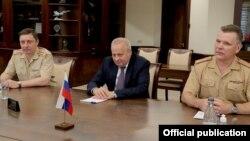 Ռուսաստանի դեսպան Սերգեյ Կոպիրկինը, դեսպանության՝ պաշտոնավարումն ավարտող և նորանշանակ ռազմական կցորդները Հայաստանի պաշտպանության նախարարի հետ հանդիպման ժամանակ, Երևան, 3-ը օգոստոսի, 2021թ.