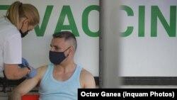 Campania de vaccinare din România pare a se îndrepta către un eșec. În acest context, administrarea unei a treia doze de vaccin încă din toamna aceasta pare improbabilă.