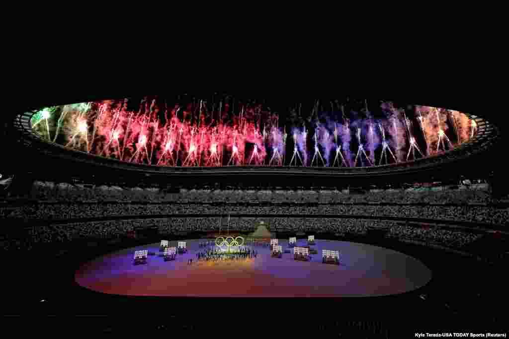Олимп оюндарынын ачылыш аземи дээрлик бош турган чоң стадиондо өттү. Улуттук курама командалар салтанаттуу параддан өтүүдө.