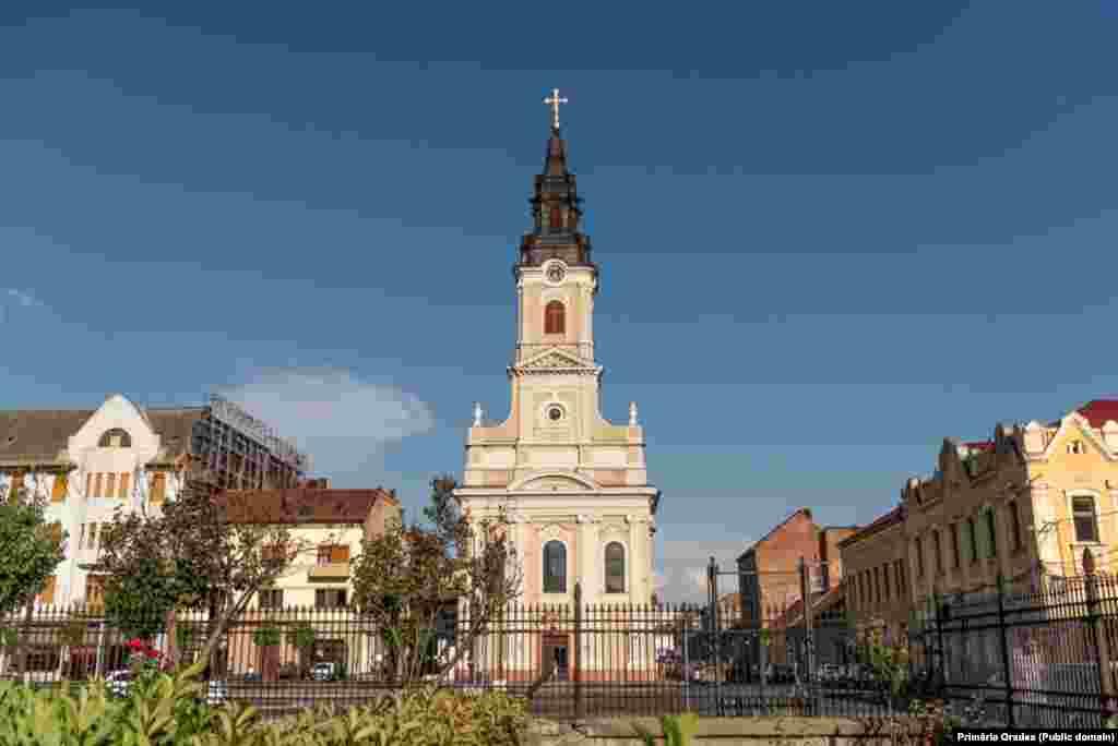 Biserica cu lună - piatra de temelie a fost pusă în 1784, de către episcopul Aradului, Petru Petrovici. Este deschisă publicului pentru vizitare și pentru serviciu religios, funcționând cu rang de catedrală ortodoxă.