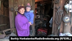 Татьяна с внучкой рядом с работающим генератором