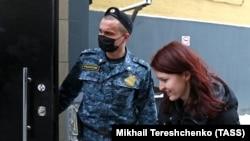 Кира Јармиш на влезот на московскиот Суд, 22 јануари 2021