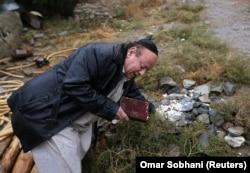 Zabulon Simantov prays at a Jewish cemetery in Kabul.