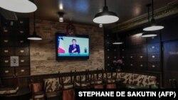 Președintele francez Emmanue Macron anunțînd la televizor miercuri 28 octombrie noile măsuri de securitate sanitară din Franța.
