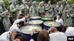 Украиналық белсенділер Киевтегі АҚШ елшілігінің алдында Украинада ядролық отын өндіруге қарсы акция өткізіп тұр. Украина, 9 шілде 2009 жыл.