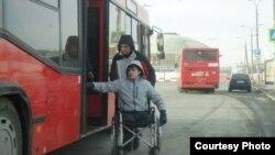 Казанда инвалид арбасындагыларга автобуска утыру бик читен. Үзәк стадион тукталышы.