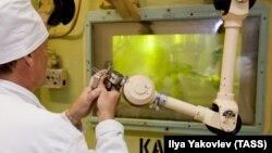 """Сотрудник работает с плутонием на НПО """"Маяк"""", Челябинск, 11 июля 2011"""