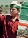 Чеченский мальчик с портретом Джохара Дудаева, 1996 год