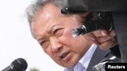 Свергнутый президент Кыргызстана Курманбек Бакиев выступает перед своими сторонниками в Джалал-Абаде. 13 апреля 2010 года.