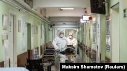 Медработники переносят пациента с COVID-19 в одной из московских больниц. 8 октября 2020 года.