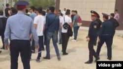 Полицейские у стоящих на центральной площади людей. Актау, 28 апреля 2016 года.
