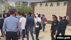 Наразы тұрғындарды таратып жүрген полицейлер. Ақтау, 28 сәуір 2016 жыл
